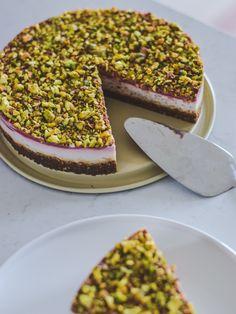 Julekage med rester af julens søde sager: Risalamande kage Danish Cuisine, Panna Cotta, Tiramisu, Pudding, Dessert, Ethnic Recipes, Food, Cakes, Danish Cake