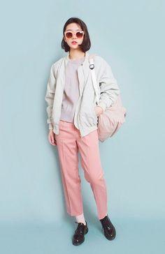 """Nếu ưa thíchnhững chiếc quần có màu sáng, bạn nữ nên lựa chọn áo cũng như phụ kiện có tông màu tương tự để trang phục không bị """"mất trật tự""""."""