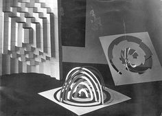 Vorkurs study under Josef Albers: Turning two-dimensional sheets of paper into three-dimensional forms 9.7 x 13.5 cm Photo by Erich Consemüller