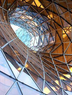 Fassade MyZeil, Frankfurt -> Faszinierende Einkaufspassage. Echter Eyecatcher. Geometric structure