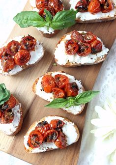 Red Wine Cherry Tomato & Goat Cheese Crostini - Cooking with Cakes Wine Appetizers, Appetizers For Party, Appetizer Recipes, Wine Recipes, Cooking Recipes, Gluten Free Puff Pastry, Snacks Für Party, Goat Cheese, Cheese Toast
