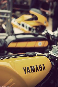 Yamaha yellow and racing checker Moto Cafe, Cafe Bike, Motorcycle Design, Motorcycle Bike, Vintage Bikes, Vintage Motorcycles, Retro Vintage, Honda, Grand Prix