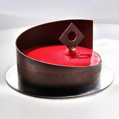 glaçage miroir rouge, sculpture au chocolat Plus