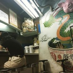 milk_ked/2016/08/30 18:59:32/Look! i sat on same seat as him😹the ramen here is delicious pork bone taste 🐖🍜so plz try it ✨  アレックスとテイラーが行ってたラーメン屋さんを、 この前偶然見かけたので、昨日みんなで行ったんだ! すごいラーメン美味しくて、3人とも替え玉してしまったよ!笑  おばあちゃんもすごく優しくて、初めて会ったのにめっちゃ懐かしい感じがした🙉「このハテナスーツの人覚えてます?カップルで来たんですけど!」て言ったけど覚えてないね〜って言われた😹ahhahaha... #alexturner#taylorbagley#arcticmonkeys#thelastshadowpuppets#tlsp#ramen#porkbonesoup#yummy