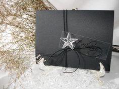 Lindo design no papel color com fecho de estrela cristal e cordonê elastano. Disponível em diversas cores!  > OPCIONAIS - Tags Simples personalizada com os nomes de convidados +R$0,50 /unid. -Tags c/ moldura com os nomes de conviddos + R$0,80 / und. -Caligrafia dos nomes de convidados + R$2,70 - Impressão no relevo americano ou silk + R$1,30 - Embalagem de plástico transparente + R$ 0,50 - Mini card + R$ 60,00 até 300 unids.  * PREÇO UNITÁRIO ESTIPULADO PARA PEDIDO DE 100 UNIDS. R$ 9,80