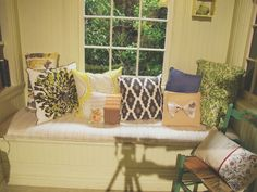 All the PLLs have fun pillows that fit their unique styles. Which of Emily's pillows is your favorite?? The one with the bow is so cute! | Pretty Little Liars
