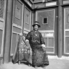 Zhuang Xueben. Tibetan woman in traditional costume