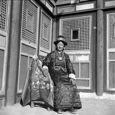Zhuang Xueben. Tibetan woman in traditional costume