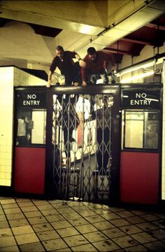 London Tube, a photo story of the London Underground as experienced by Bob Mazzer Leica, Underground Tube, London Underground, London Today, London Life, Old London, East London, Vintage London, U Bahn