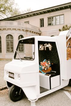 Micro-weddings, avant-garde flowers, sustainability, DIY details and bold bridal style.Super Chiccolorful springelopement, downtown,anti bride wedding style The Bride Wore a Mini Wedding Dress with Sleeves for this Romantic City Elopement Mini Wedding Dresses, Mobile Bar, Bridal Style, Wedding Bride, Wedding Styles, Dresses With Sleeves, Neon Signs, Romantic, Unique