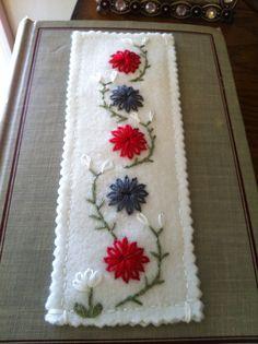 Bookmark Soft Merino fieltro bordado con flores Colores Rojo Escarlata Peweter Gray Blancanieves y naves de luz verde en una semana