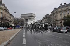 blending scenes from WWII into present day Paris 1940 2010 German cavalry on the Avenue Foch. Classic Photography, Amazing Photography, Travel Photography, Paris Pictures, Vintage Pictures, Kodak Moment, Triomphe, Present Day, Ghosts