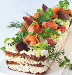 Voileipäkakku on juhlien ikisuosikki - näillä vinkeillä onnistut Cake Sandwich, Sandwiches, Appetizer Salads, Appetizers, Cheesecakes, Pain, Finger Foods, Food Art, Food Inspiration
