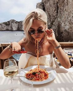 Do you have a healthy metabolism? These 4 disgusting things reveal it! - Cool Home moods - vsco Shooting Photo Amis, Foto Blog, European Summer, Photos Voyages, Summer Aesthetic, Friend Photos, Metabolism, Summer Vibes, Photography Poses