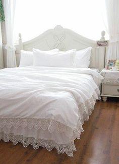 Schlafzimmer Mit Einem Bett Mit Bettbezügen Und Kissen In Weiß   Bettwäsche  Und Kissen U2013 35