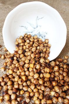 """Chickpeas are crazy versatile and so is my """"world famous"""" baked chickpeas recipe. Eat them warm out of the oven, as a cold snack, with salad, pasta or rice! Lentils Protein, Plant Protein, Vegan Chickpea Recipes, Vegan Protein Sources, Protein Foods, Vegan Gravy, Healthy Eating Guidelines"""