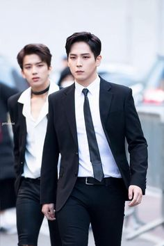 Damn, Yoo Youngjae in the background