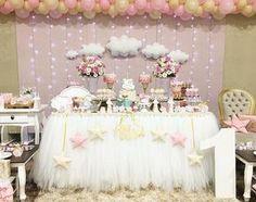 Um sonho de decoração! #Repost @criandosonhosatelie ・・・ Festa linda para a Alice #CRIANDOSONHOS #ateliedefestas #ceuestrelado #chuvadeamor #festademenina #primeiroaninho #bday #partygirl #lovejob #maedemenina #festademenina #kidsparty #kidspartyideas #festachuvadeamor #festa1ano #chadebebe #maternidade