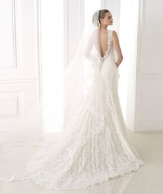 Pronovias presents its V-2825 bridal veil. | Pronovias 425$
