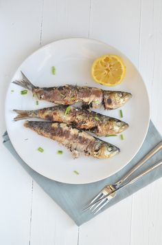 Anyone who has ever been to the South Spanish coast can remember the image of the sardines on a stick. On the coast of southern Spain you can see boat. Home Made Bbq Sauce, Make Bbq Sauce, Barbecue Recipes, Fish Recipes, Meat Recipes, Bbq Egg, Cobb Bbq, Kamado Bbq, Belgium Food