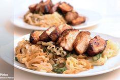 noodles de arroz con espárragos y pollo