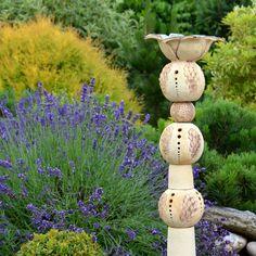 Lotosový totem Výška 83cm Složen z dílů, které naskládáte na tyč zapíchnutou do země. Může být jako dekorace do skalky , k jezírku, do jezírka , na terásku, k altánku ....... dle vaší fantazie , do kalíšku můžete vložit i svíčku a vykouzlit příjemnou atmosféru při posezení v zahradě :-)