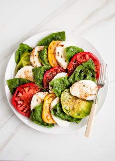 tomato caprese salad recipe The classic Italian caprese salad gets a twist with heirloom tomatoes - equally tasty, but even better looking.The classic Italian caprese salad gets a twist with heirloom tomatoes - equally tasty, but even better looking. Caprese Salad Recipe, Salad Recipes, Food Salad, Fruit Salad, Vegetarian Recipes, Cooking Recipes, Healthy Recipes, Heirloom Tomato Recipes, Heirloom Tomatoes