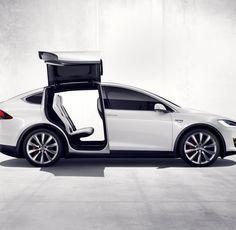 """Benzin gibt es an jeder Ecke, das Zapfen dauert drei Minuten. Einen Tesla mit Elektro-Saft zu versorgen ist hingegen eine Herausforderung für das Nachschubwesen.Wir haben das """"Model X"""" gefahren und geladen."""
