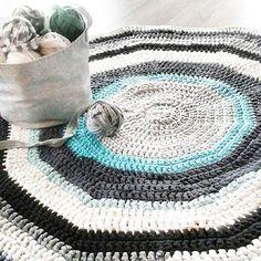 [My recycled crochet yarn project] Gammelt sengetøy, gardiner, t-skjorter og forskjellig tøy har blitt til heklegarn og mange timer med heklekroken. @i_all_sin_enkelhet