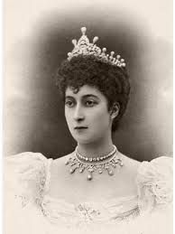 Princess Maud in 1896, wearing the beautiful diamond and pearl tiara that Sonja, Martha Louise, and Mette-Marit wears today. I wonder about this necklace, where is it?