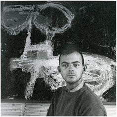 Cy Twombly (1928-2011) was een Amerikaanse schilder, beeldhouwer en fotograaf. Hij is een belangrijk vertegenwoordiger van het abstract-expressionisme. Zijn schilderwerken gedurende de vijftiger en zestiger jaren werden sterk beïnvloed door kalligrafie en graffiti.