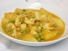 Sepia with potatoes and peas Avocado Recipes, Fish Recipes, Great Recipes, Healthy Recipes, Delicious Recipes, Healthy Food, Patatas Guisadas, Best Spanish Food, Tapas