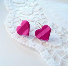 Proužkatá srdíčka - náušnice Barva: Růžová, fialová Materiál: polymer - Fimo Velikost srdíček: 1,5x1,8cm