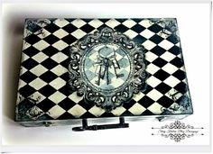 Drewniana walizeczka w czarno białe-romby i stary zabytkowy klucz - Decoupage.