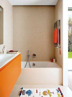 baera de acero vitrificado de kaldewei y alfombra de bao y toallas en color