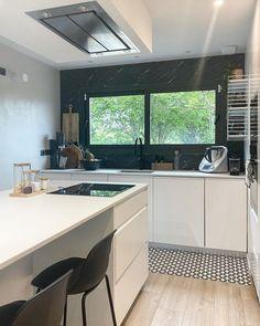 """@deuxmilleneuf shared a photo on Instagram: """"Hello 🌱 J'espère que vous allez bien! Hier j'ai vidé entièrement les placards de la cuisine, j'ai tout trié et tout nettoyé, ça m'a pris la…"""" • May 16, 2021 at 9:57am UTC New Kitchen, Kitchen Dining, Kitchen Ideas, Hallway Flooring, Vide, Kitchen Furniture, Kitchen Renovations, Photos, Instagram"""