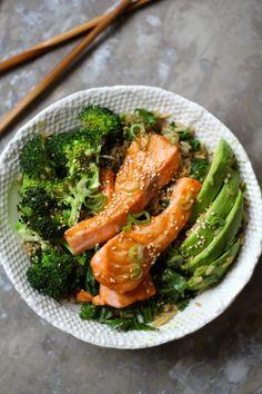 TERIYAKILAKS MED GRØNNKÅL, BROKKOLI OG AVOKADO #teriyaki #laks #salmon #grønnkål #kale #brokkoli #broccoli #avokado #avocado #middag #middagstips #lettvintmiddag #easy #easydinner Green Kale, Green Beans, Cooking Recipes, Healthy Recipes, Fish Dishes, Salmon, Seafood, Healthy Eating, Healthy Food