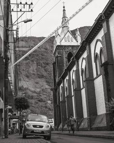 Paseantes distraídos #blackandwhite #monochrome #street #streetphotography #urban #car #vehicle #church #road #mountain #people #urbanexploration #ecuador #baños #andes #sudamerica #city #town #travel #outdoors #building