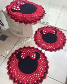 This Pin was discovered by Zen Crochet Disney, Crochet Mickey Mouse, Crochet Baby, Crochet Rug Patterns, Crochet Designs, Disney Christmas Stockings, Crochet Christmas Wreath, Crochet Decoration, Craft Tutorials