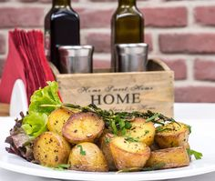 Easy Recipes - Cooking With Fresh Herbs - Healthy Baked Potatoes. Loaded Baked Potatoes, Roasted Potatoes, Whole Roasted Cauliflower, Clean Eating, Healthy Eating, Herb Roasted Chicken, Spiced Coffee, Potato Recipes, Potato Salad