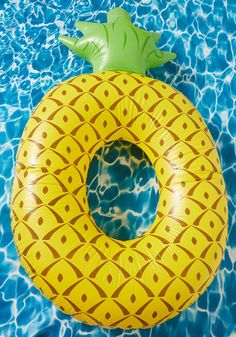 Who swims on a pineapple on top of the sea? Well, if you have this yellow inner tube, it'll be you! Fashioned into an inflatable, fruit-inspired ring - complete with a green crown - this pool float beats the heat in the freshest of ways.