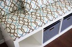 """ZONE D'ACCUEIL : créer une banquette DIY à partir d'une colonne de rangement IKEA. Astuce déco : réaliser un coussin sur mesure dans un tissu de couleurs vives. Garnir le tout avec des petits coussins à la place du grand """"coussin dossier"""" pour plus de légèreté à la composition."""