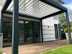 Lamellendach, einfach optimaler Sonnen- und Wetterschutz mit der bioclimatischen Pergola B200, mit zwei Vertikalanlage als Zip mit Screen. [FEROBAU]
