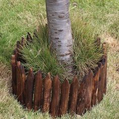 Picket - Wooden Pile Flowerbed Fence – Warmly Diy Garden Projects, Outdoor Projects, Outdoor Ideas, Garden Edging, Garden Beds, Wood Edging, Covered Patio Plans, Tree Stump Decor, Tree Borders
