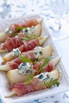 Afbeelding van Voorgerecht met peer, prosciutto en blauwe kaas voor vakantie stockfoto, beelden en stockfotografie. Image 31660339.