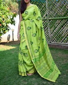 Handloom Maheshwari silk-cotton saree. Has a gorgeous hand block print pattern. COD, easy returns, International Shipping. Resellers can whatsapp on 9902488133