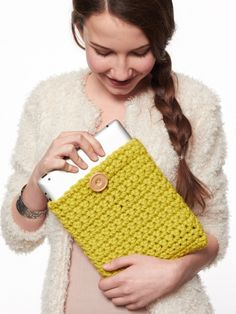 Crochet Pattern For Beginners 25 DIY iPad And Tablet Case Tutorials - You bought a new iPad . now you have to find a case to protect it from daily wear and tear. Sure, you could just buy one online - but why not make Crochet Ipad Cover, Crochet Case, Crochet Purses, Crochet Gifts, Diy Crochet, Crochet Ideas, Yarn Projects, Knitting Projects, Crochet Projects