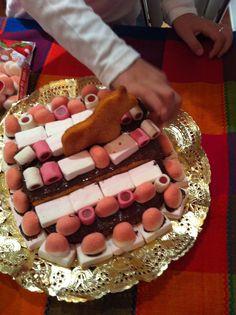 tarta que hicimos mi vikinga pequeña y yo para las chicas de la editorial Planeta, para celebrar que la novela estaba en la calle y agradecerles su ilusión.  La mandamos por mensajero :)