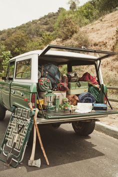 World Camping. Tips, Tricks, And Techniques For The Best Camping Experience. Camping is a great way to bond with family and friends. Voyage Sketchbook, Ford 2000, Kombi Motorhome, Classic Bronco, Classic Trucks, Classic Cars, Camping Car, Camping Ideas, Camping Hacks