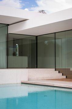 La casa T è una casa unifamiliare situata a Merano, composta da un pianterreno e un seminterrato con garage. Per adattare meglio la casa al terreno in...